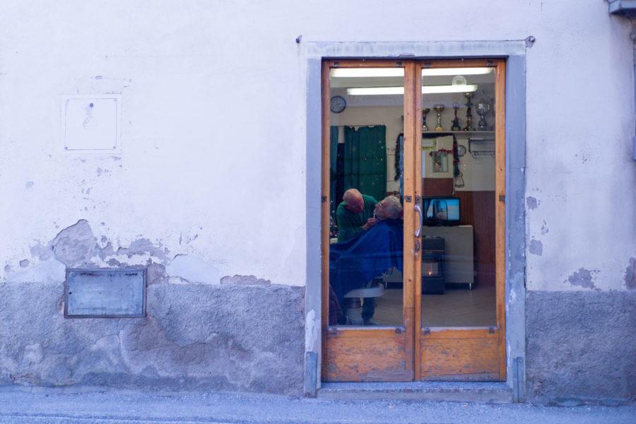Chiude bottega Giuliano, per settant'anni barbiere di Borgunto